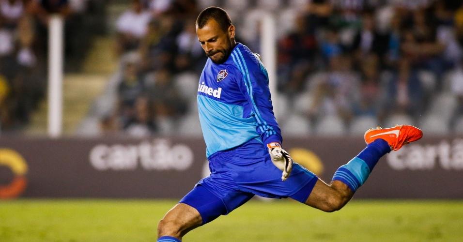 Goleiro Diego Cavalieri cobra tiro de meta no jogo do Fluminense, contra o Santos, pelo Brasileirão