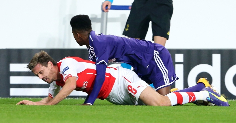 Ibrahima Conte (roxo), do Anderlecht, marca lateral Monreal, do Arsenal