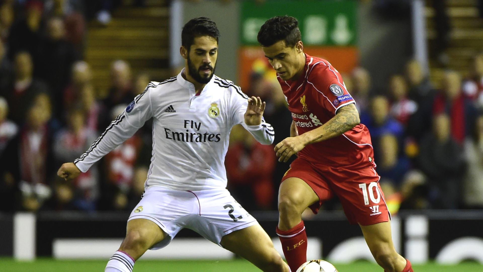 Isco (branco) e Philippe Coutinho (vermelho) disputam bola durante jogo entre Liverpool e Real Madrid