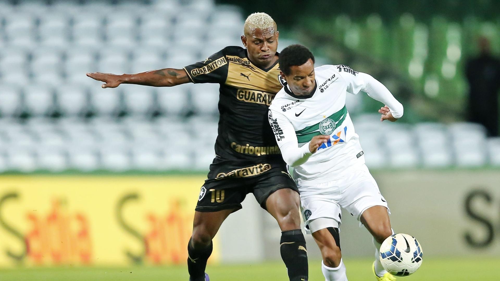 Jobson, do Botafogo, faz marcação pesada em cima de Rosinei, do Coritiba, na partida entre as equipes, pelo Campeonato Brasileiro
