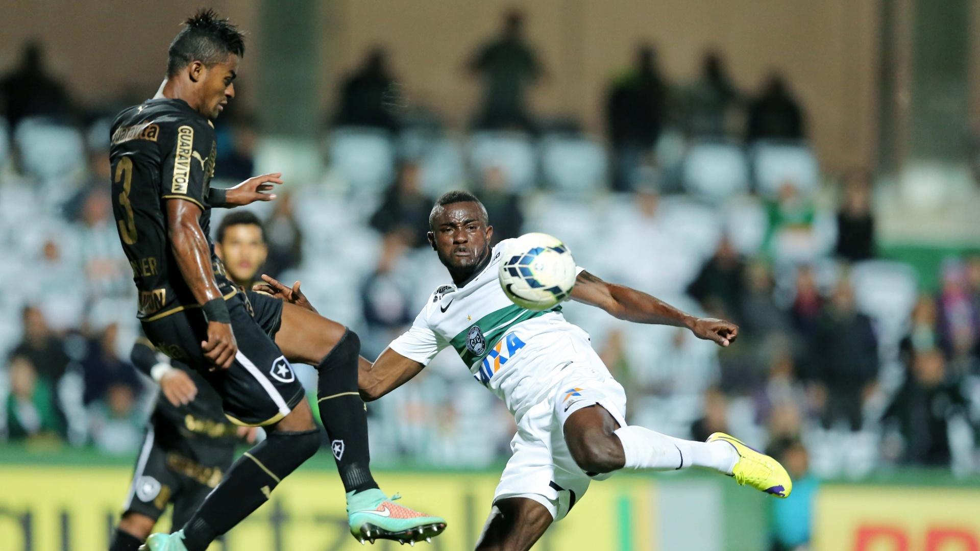 Joel se prepara para chutar contra o gol de Jefferson, no jogo entre Coritiba e Botafogo, pelo Brasileirão