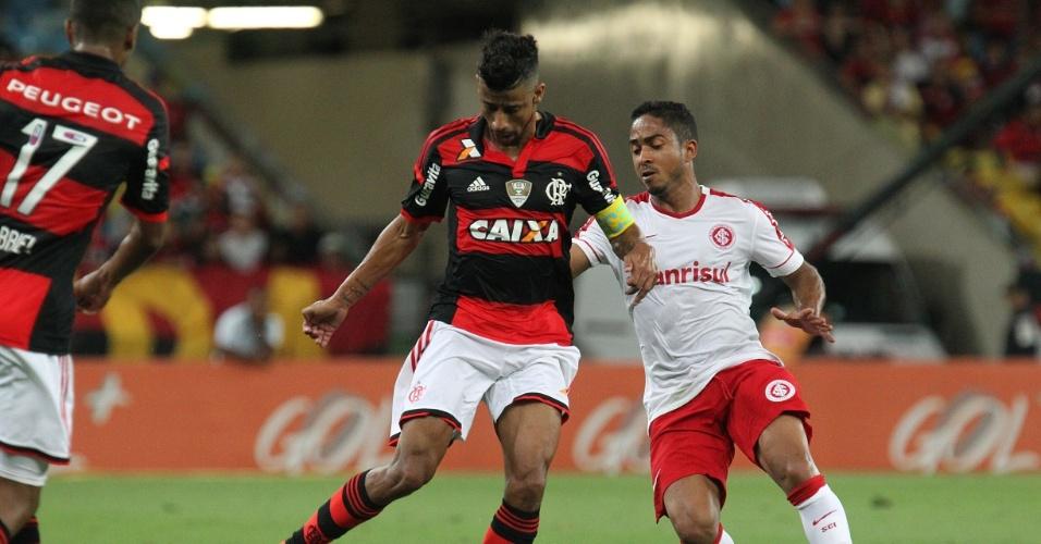 Léo Moura tenta escapar da marcação de Jorge Henrique em jogo entre Fla e Inter