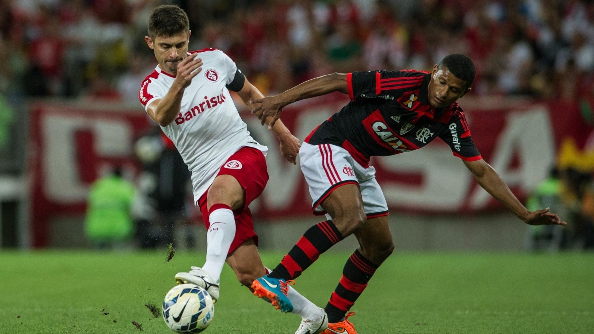 Meia Alex tenta passar pela marcação do Flamengo em jogo da 30ª rodada do Brasileirão