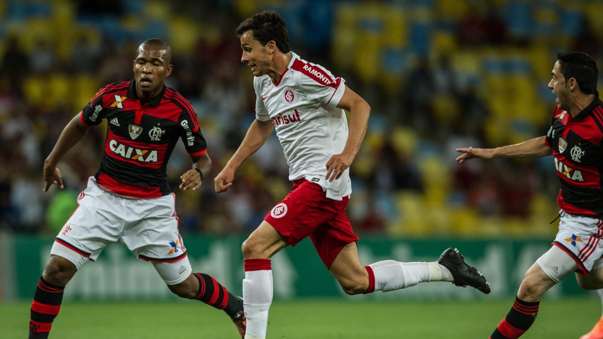 Nilmar dispara no meio de dois em lance do jogo Flamengo x Inter