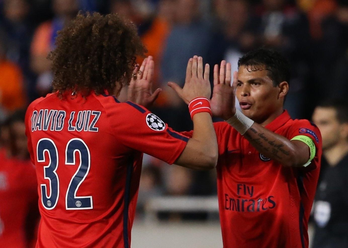 Thiago Silva, zagueiro do PSG, cumprimenta David Luiz no jogo contra o APOEL, pela LIga dos Campeões