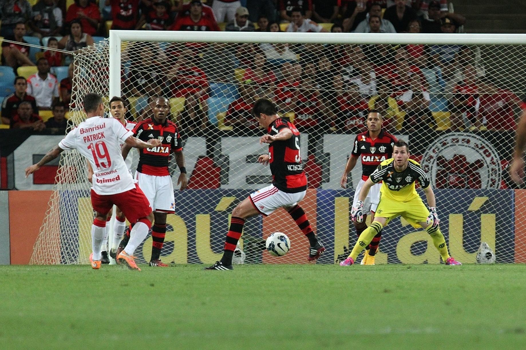 Zaga do Flamengo afasta o perigo na partida contra o Inter pelo Brasileirão