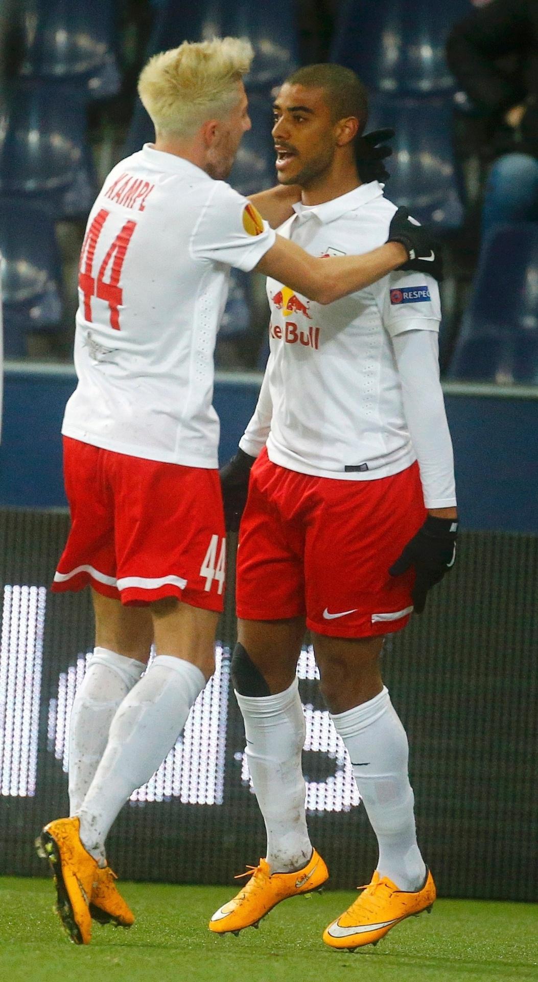 Brasileiro Alan comemora um dos gols do Red Bull Salzburg ao lado de Kevin Kampl
