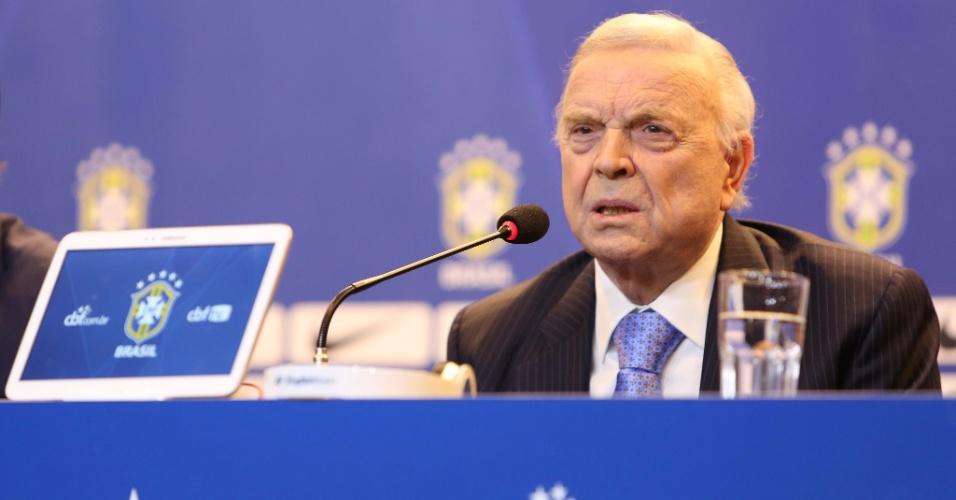 José Maria Marin responde a pergunta durante anúncio dos convocados para a seleção brasileira