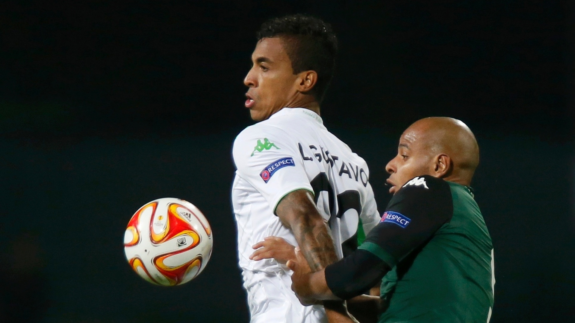 Luiz Gustavo (esquerda) e Ari (direita) disputam bola durante jogo entre Wolfsburg x Krasnodar