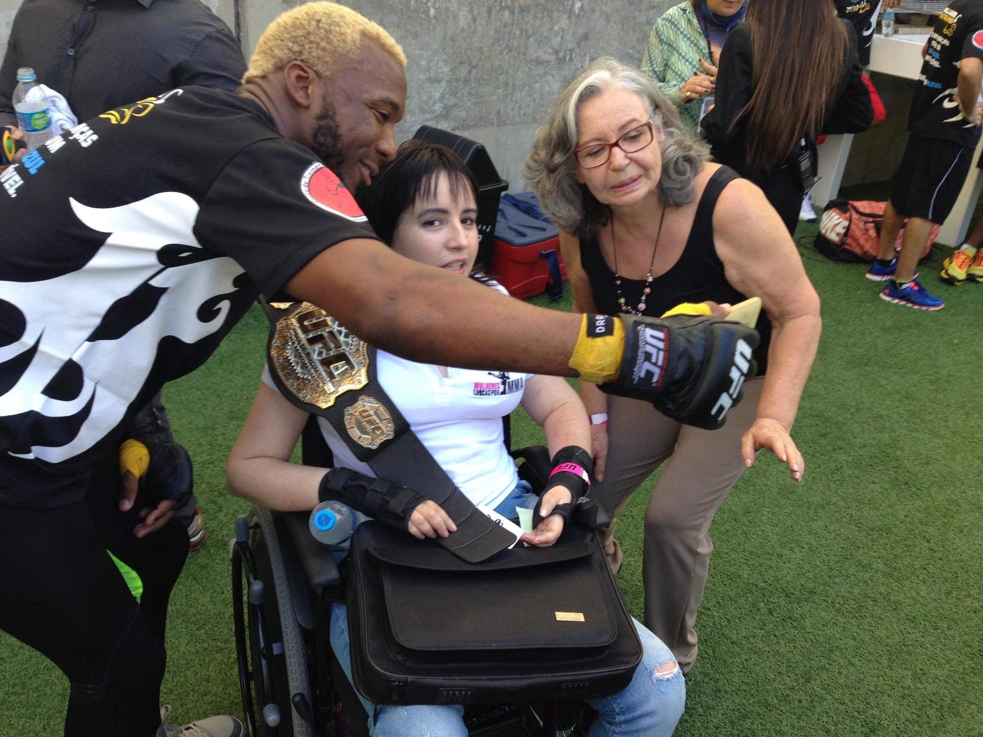 Patolino atende fã no Maracanã em treino aberto do UFC 179