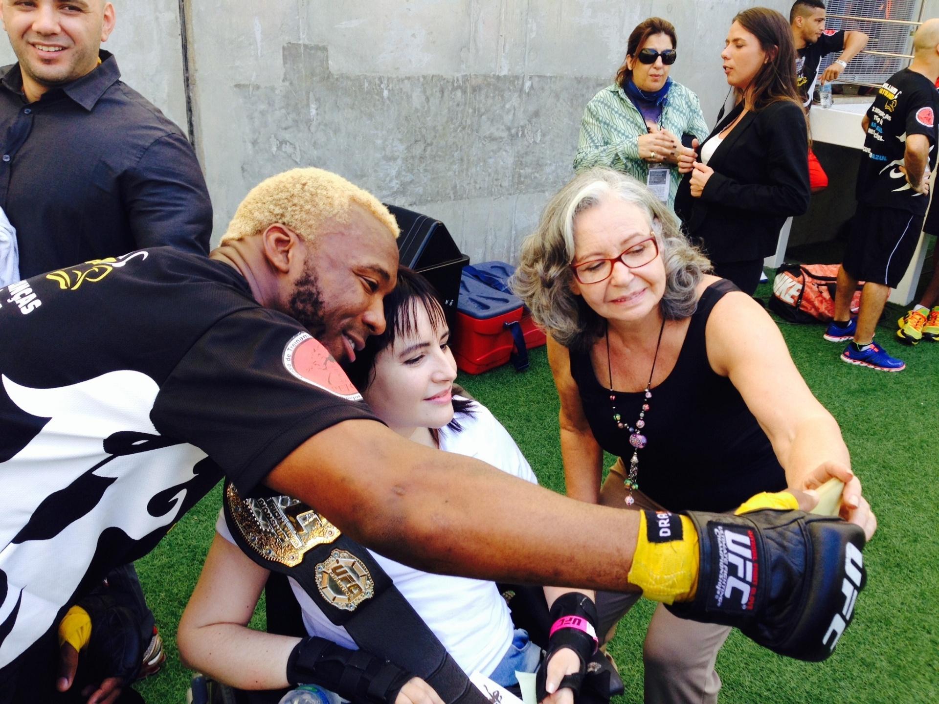 Patolino posa com fã durante treino aberto para o UFC 179