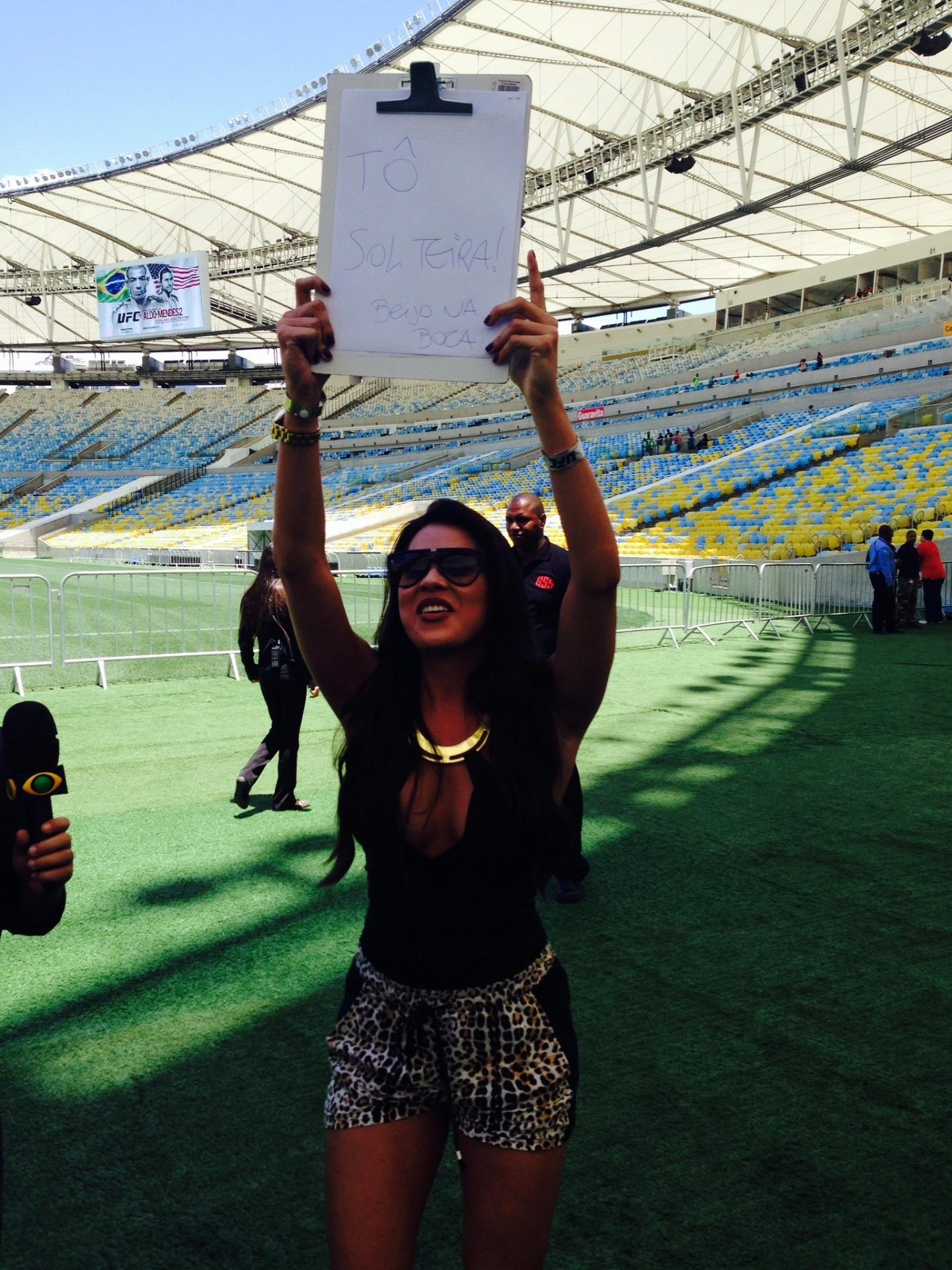 Ring Girl Camila Oliveira brinca com fãs que foram ao treino aberto do UFC 179