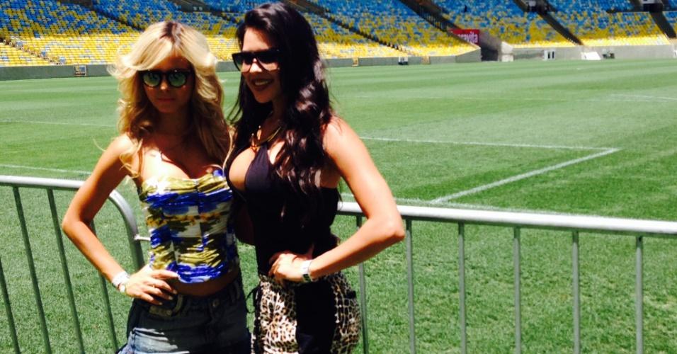 Ring Girls posam para foto no gramado do Maracanã durante treino aberto do UFC