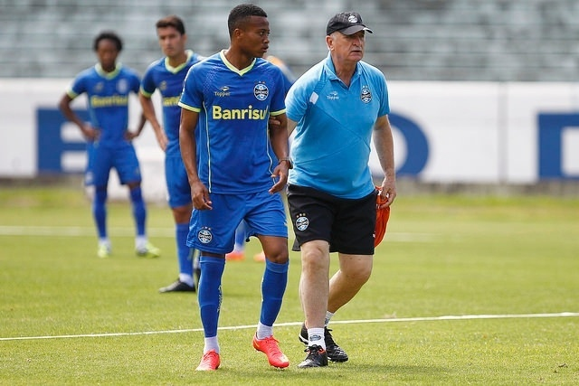 24 out 2014 - Felipão dá chance a atacante Erick em treinamento do Grêmio