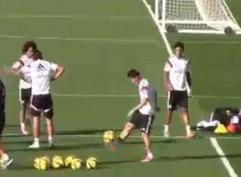 24. out. 2014 - James rodriguez faz embaixadinha durante treinamento do Real Madrid
