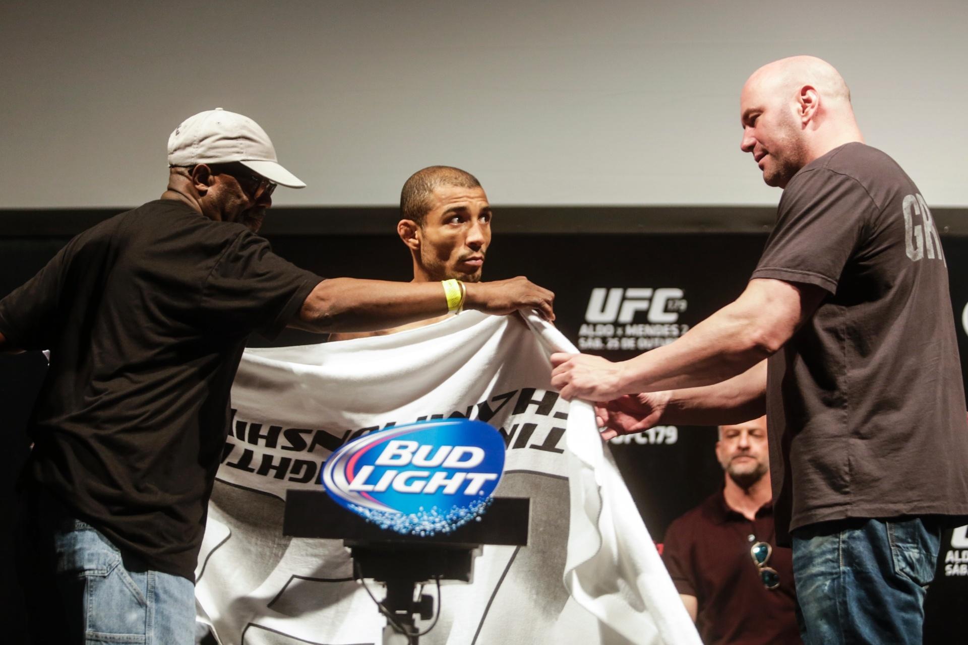 José Aldo precisa ficar pelado na pesagem do UFC Rio 5 para atingir o peso necessário