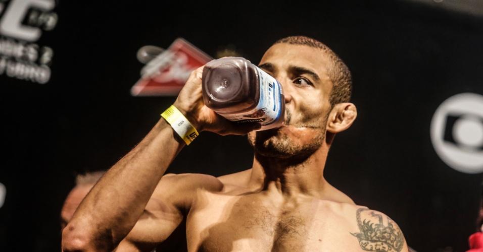 José Aldo se hidrata após pesagem para o UFC Rio 5
