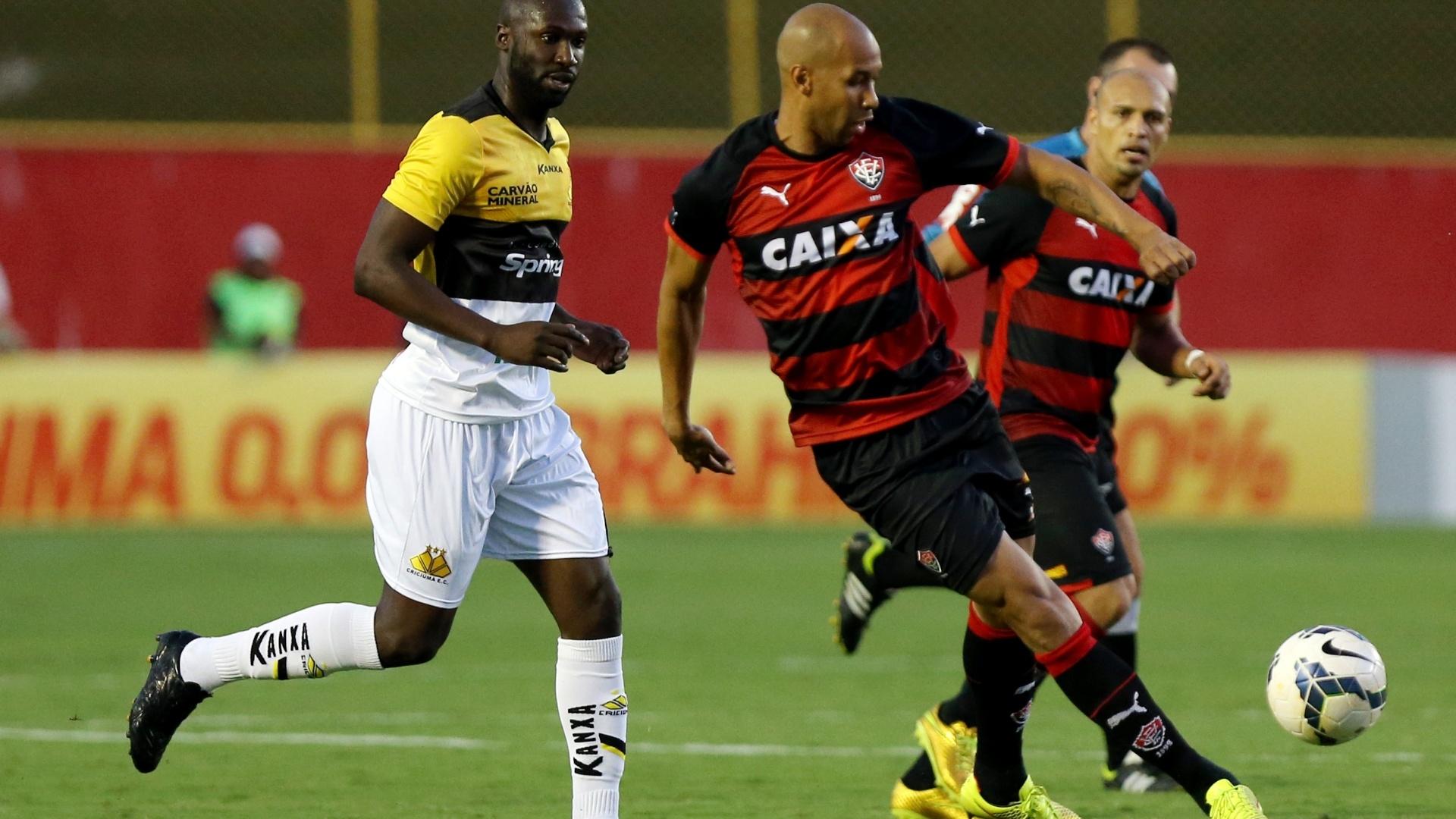 Atacante Dinei, do Vitória, passa a bola durante jogo contra o Criciúma