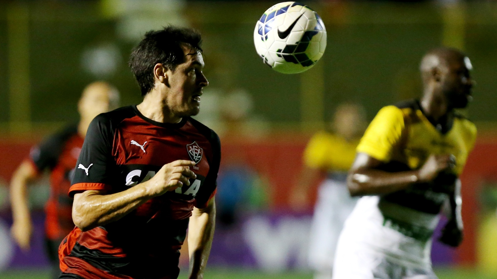 Cáceres tenta armar jogada para o Vitória contra o Criciúma