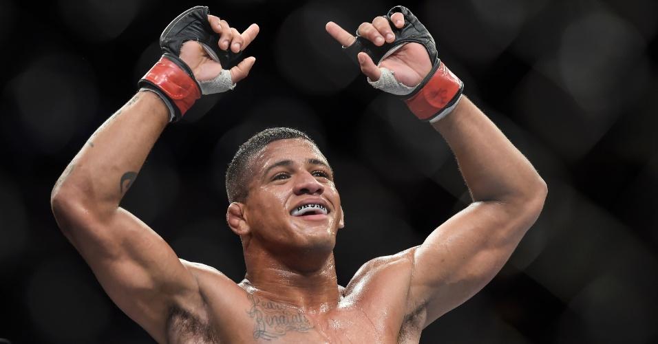 Durinho comemora vitória por finalização no UFC 179