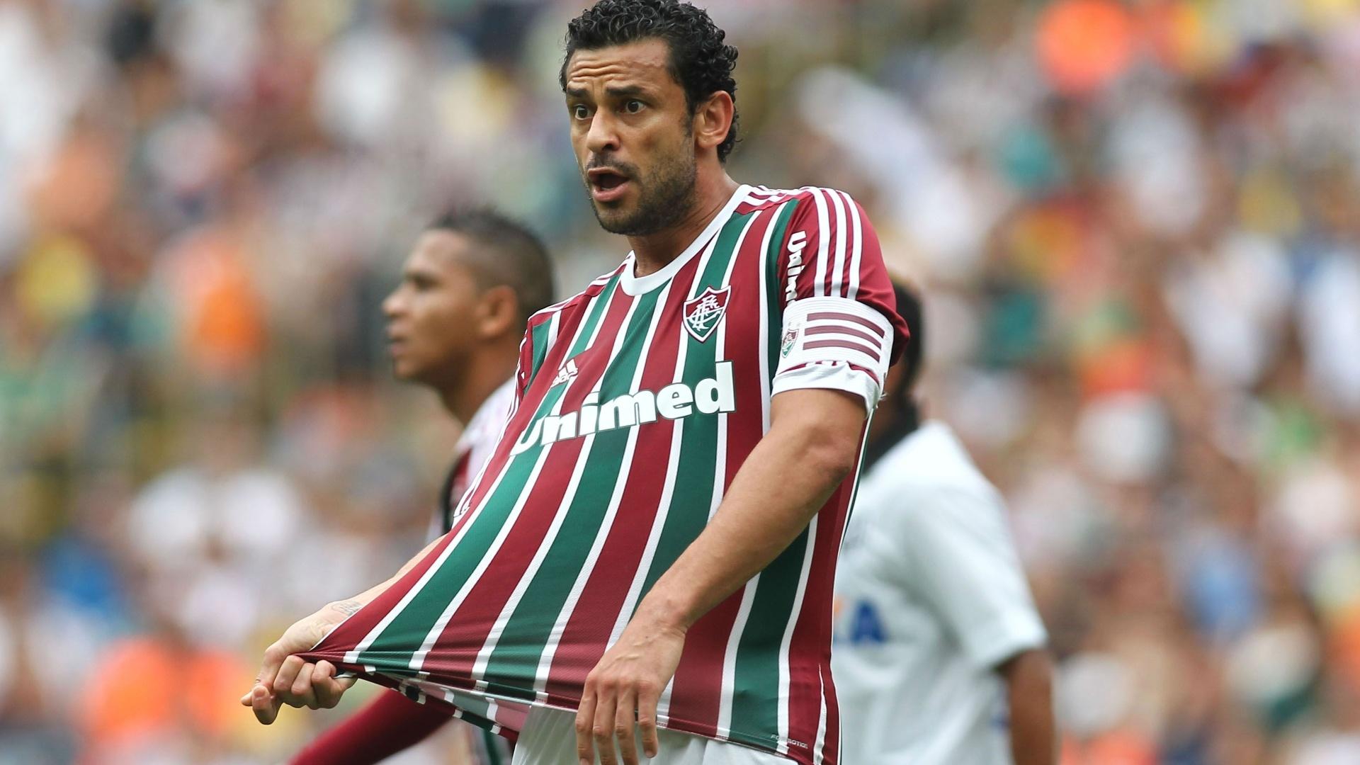 Fred reclama com arbitragem durante jogo contra o Atlético-PR