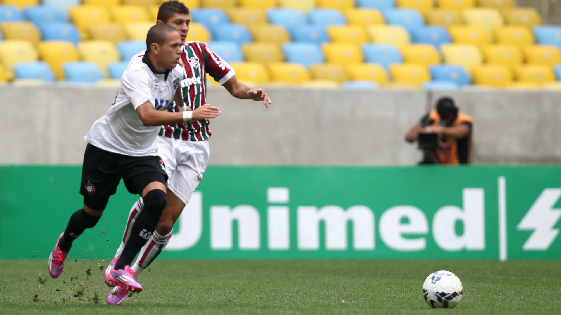 Marcos Guilherme, do Atlético-PR, tenta escapar da marcação de Edson, do Fluminense