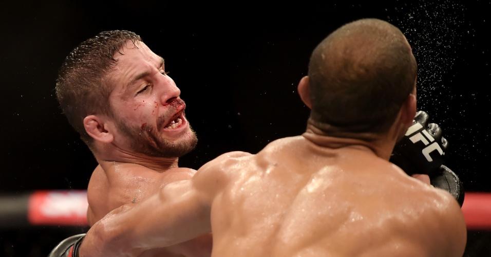 Chad Mendes, que também sofreu com os golpes de José Aldo, tenta revidar durante a luta principal do UFC Rio 5