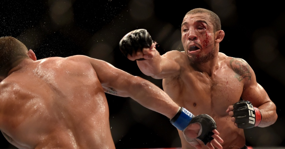 Chad Mendes se esquiva de golpe de José Aldo na luta principal do UFC Rio 5