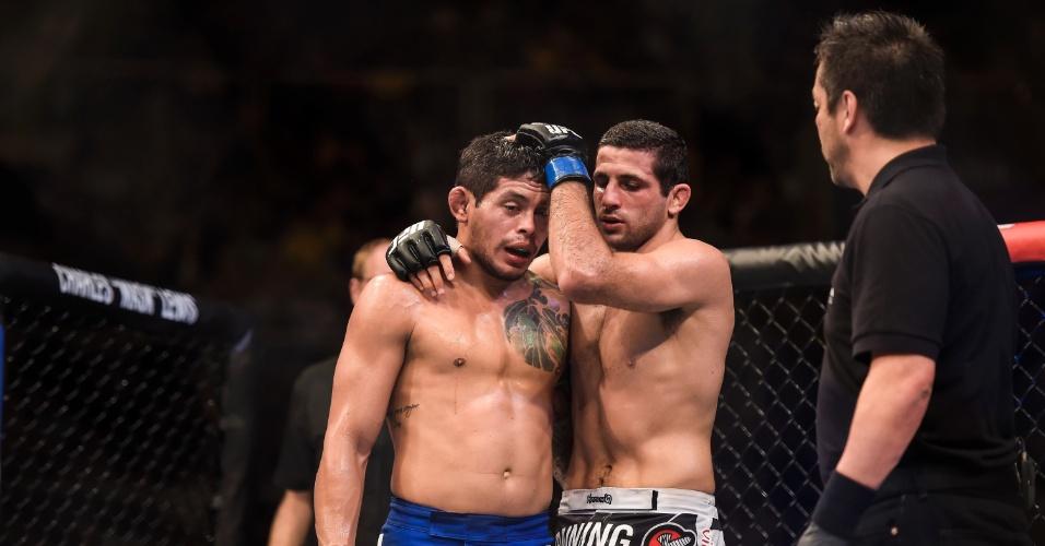 Diego Ferreira e Beneil Dariush se abraçam após luta do card principal