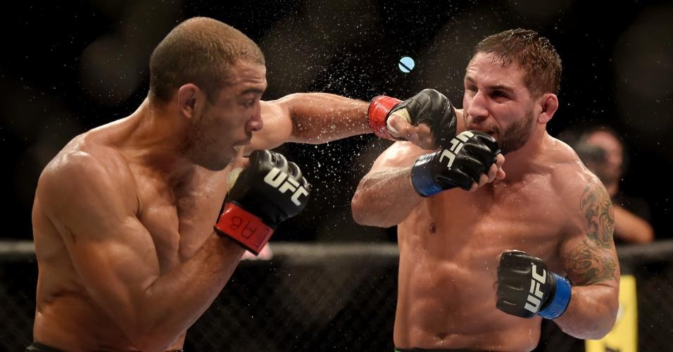 José Aldo e Chad Mendes fizeram luta nervosa, mas brasileiro levou a melhor e manteve o cinturão dos penas do UFC