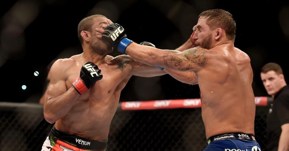 José Aldo e Chad Mendes trocam golpes durante a luta principal do UFC Rio 5