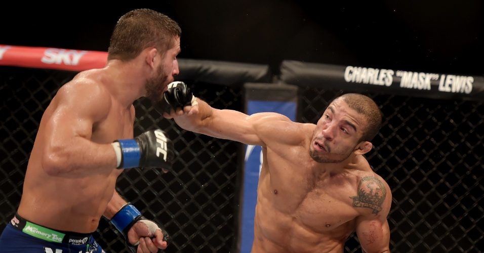 José Aldo parte para o ataque a Chad Mendes durante a luta principal do UFC Rio 5