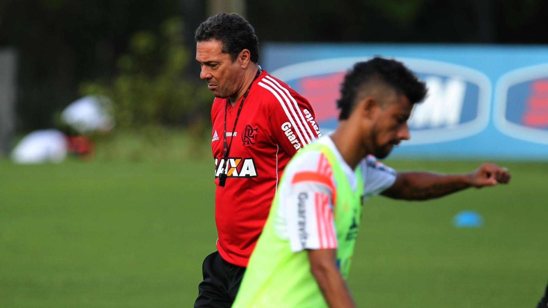 27.out.2014 Vanderlei Luxemburgo caminha pelo CT Ninho do Urubu durante treino do Flamengo antes da semifinal da Copa do Brasil