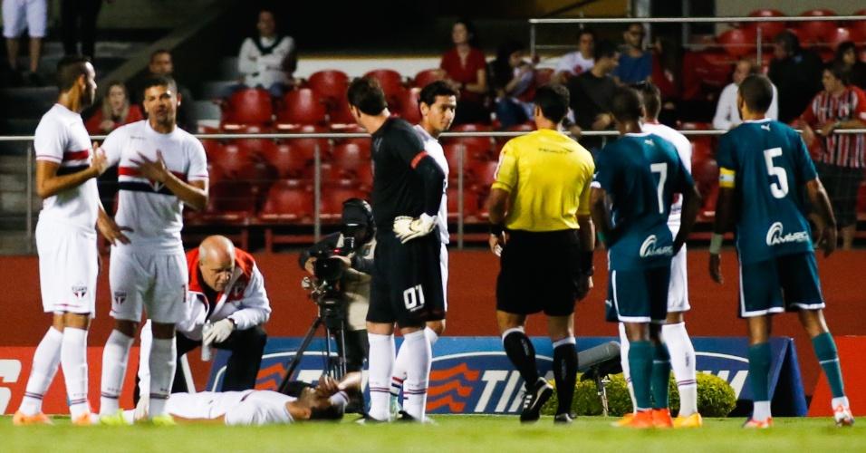 Alan Kardec fica caído após ser derrubado na entrada da área do Goiás e sentir as costas (27.out.2014)