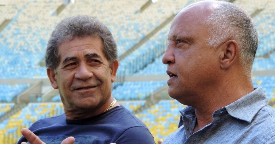 Nunes (e) e Reinaldo (d) conversam durante visita ao Maracanã na véspera da semifinal da Copa do Brasil entre Flamengo e Atlético-MG