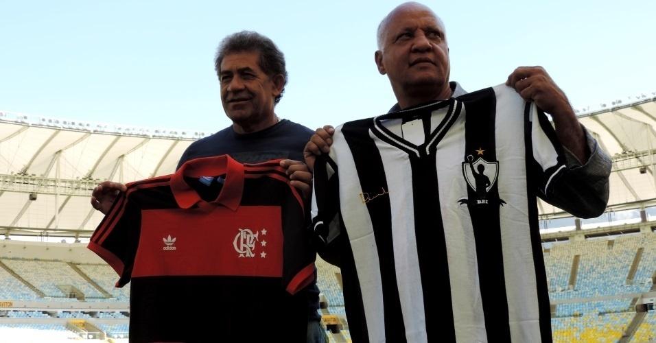 Nunes (e) e Reinaldo (d) posam com as camisas de Flamengo e Atlético-MG durante encontro no Maracanã na véspera da semifinal da Copa do Brasil