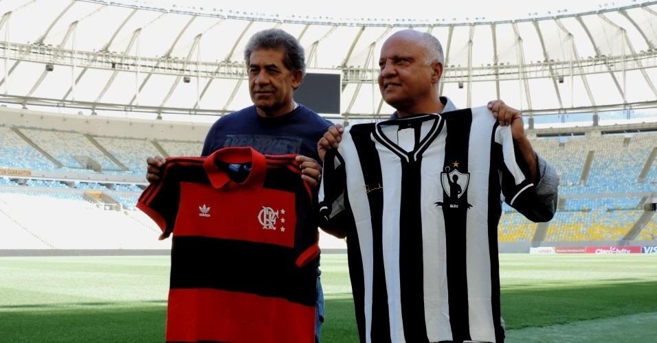 Nunes (e) e Reinaldo (d) posam com as camisas de Flamengo e Atlético-MG em visita ao Maracanã antes da semifinal da Copa do Brasil