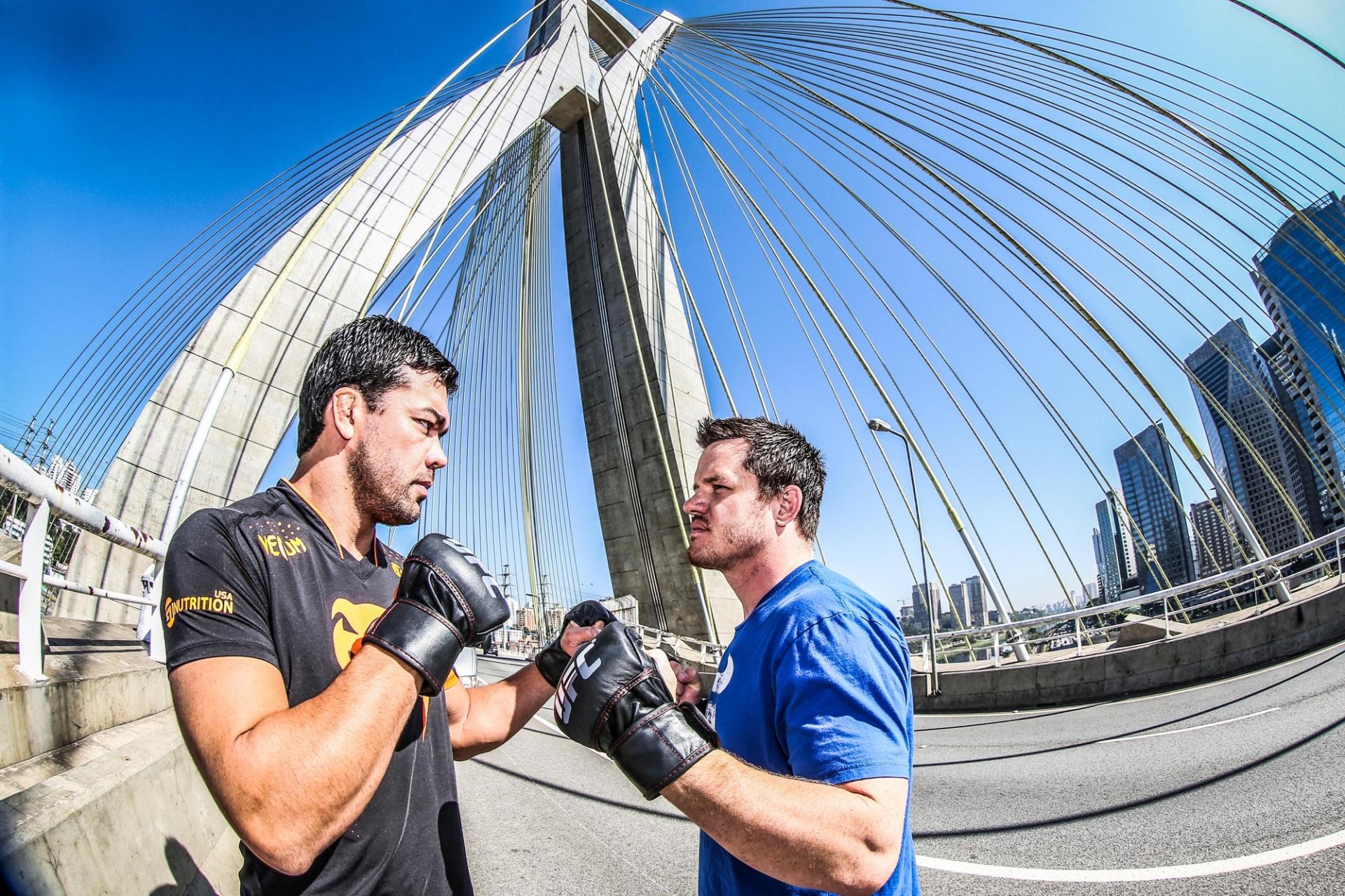 29. out. 2014 - Lyoto Machida e C.B. Dollaway participam de evento de divulgação do UFC Barueri na Ponte Estaiada, em São Paulo