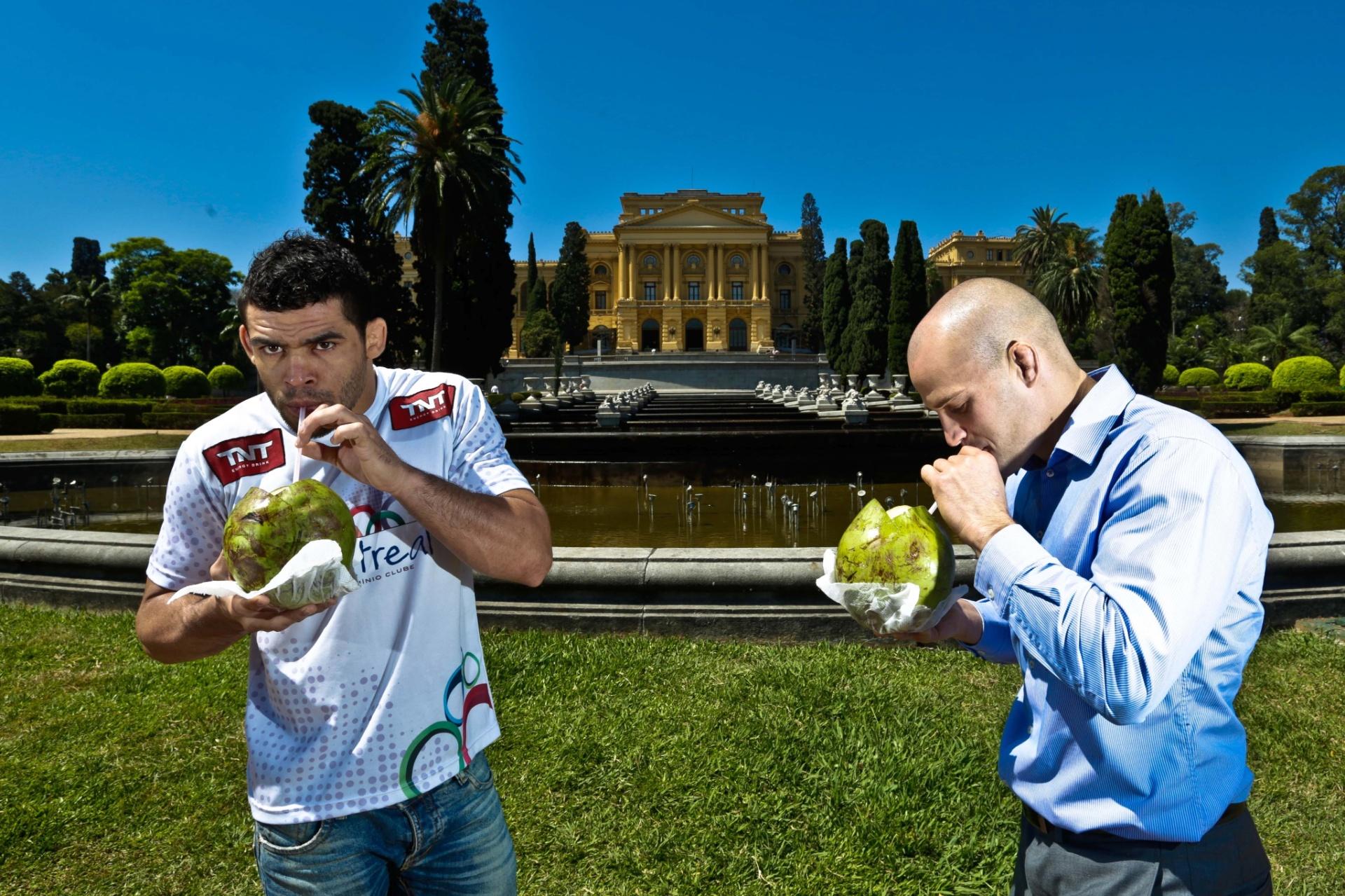 29. out. 2014 - Renan Barão e o canadense Mitch Gagnon tomam água de coco após posarem para fotos de divulgação do UFC Barueri