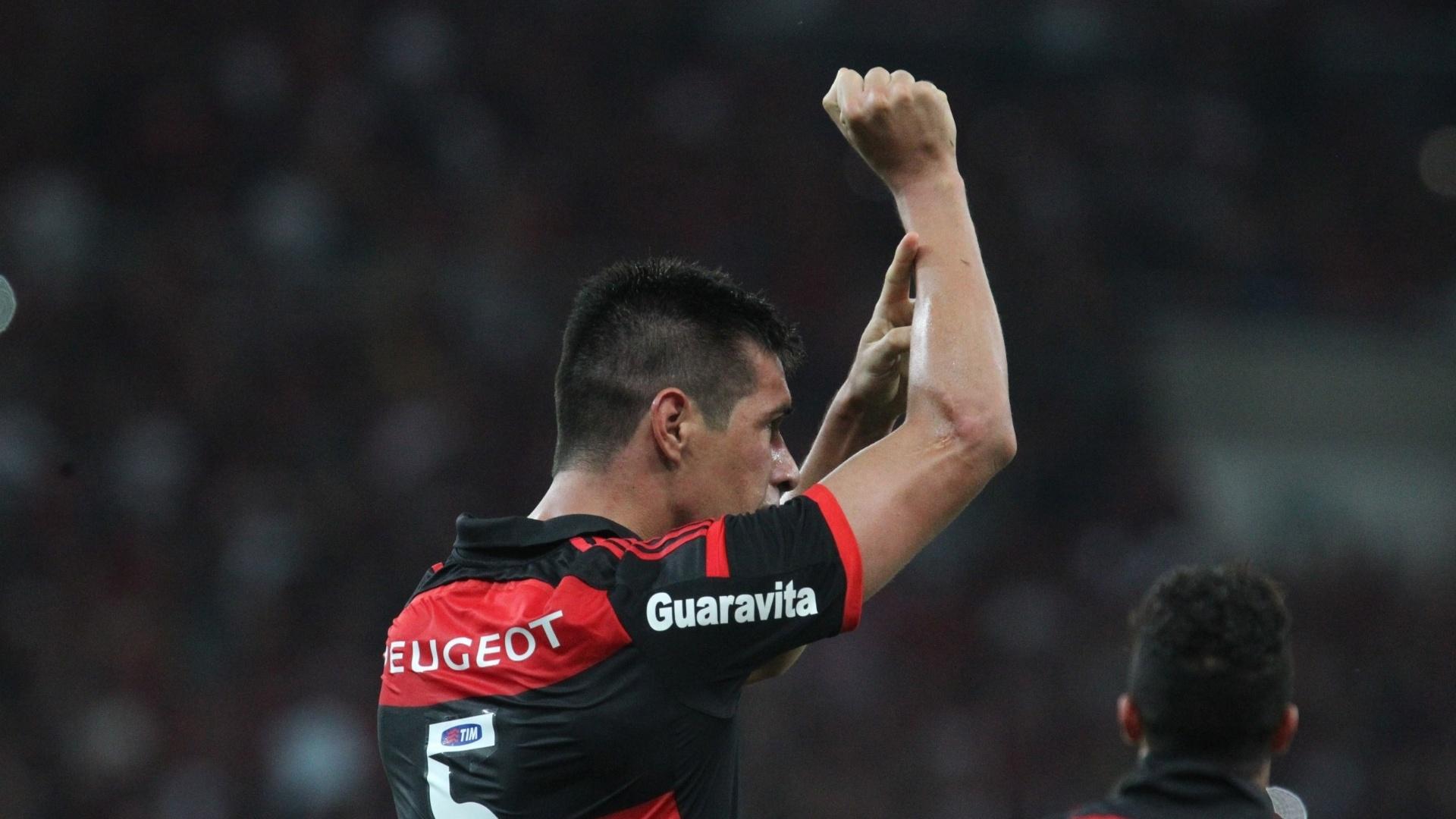 Cáceres comemora gol contra o Atlético-MG em jogo do Flamengo na Copa do Brasil