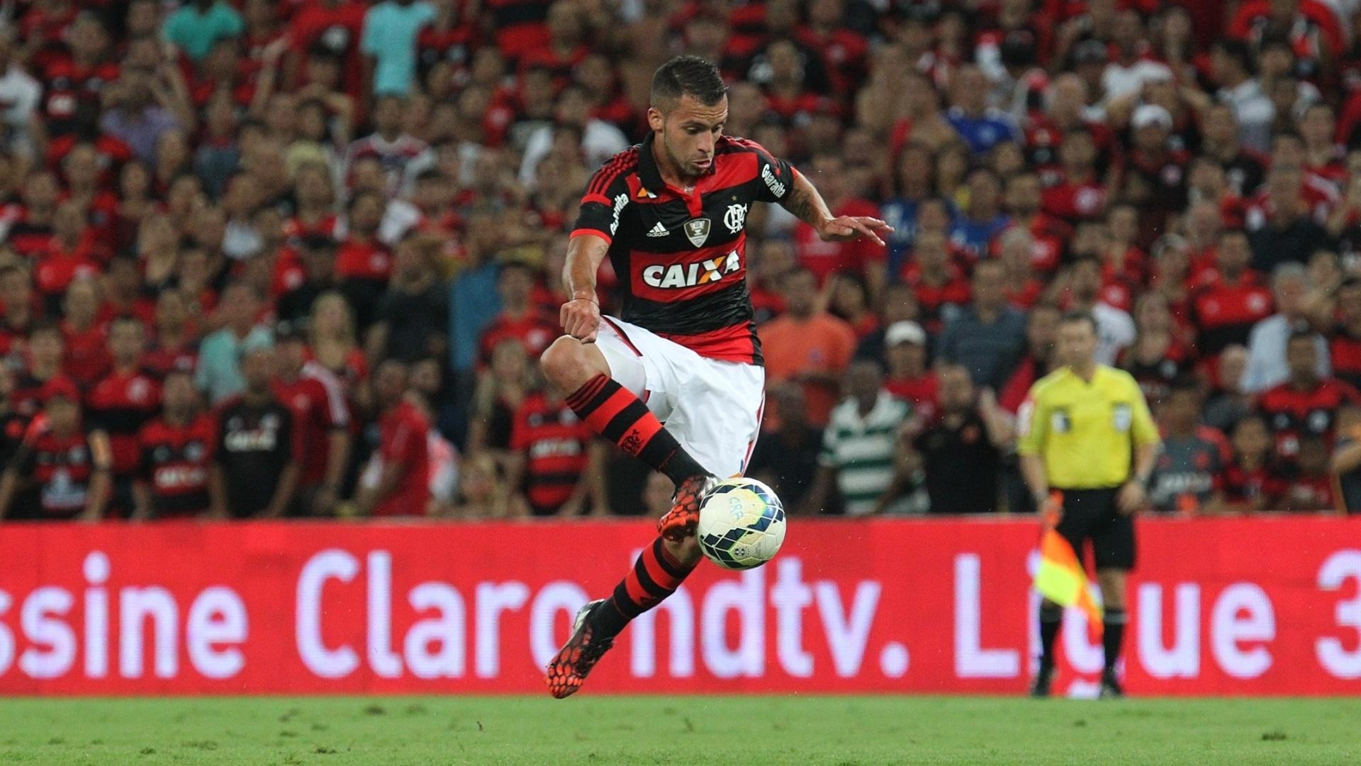 Canteros domina a bola na partida entre Flamengo e Atlético-MG pela semi da Copa do Brasil