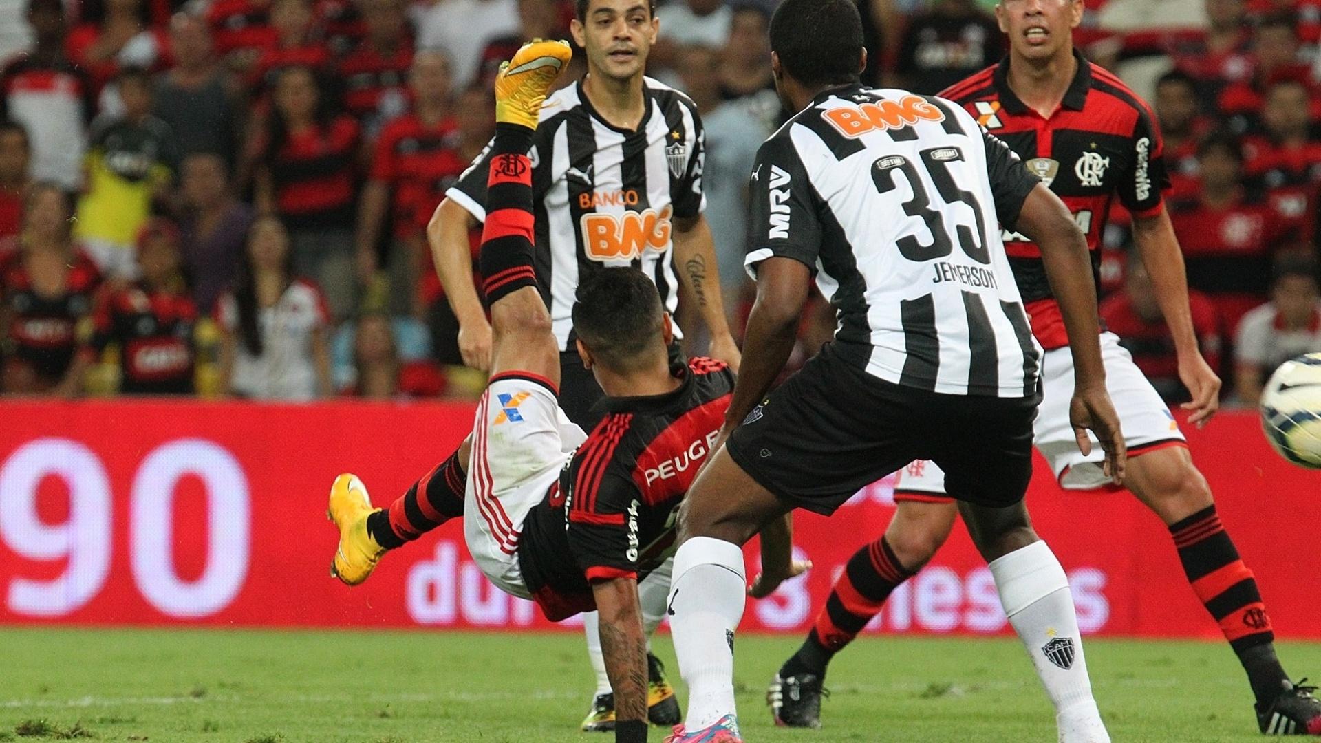 Jogadores de Flamengo e Atlético-MG disputam bola na semifinal da Copa do Brasil