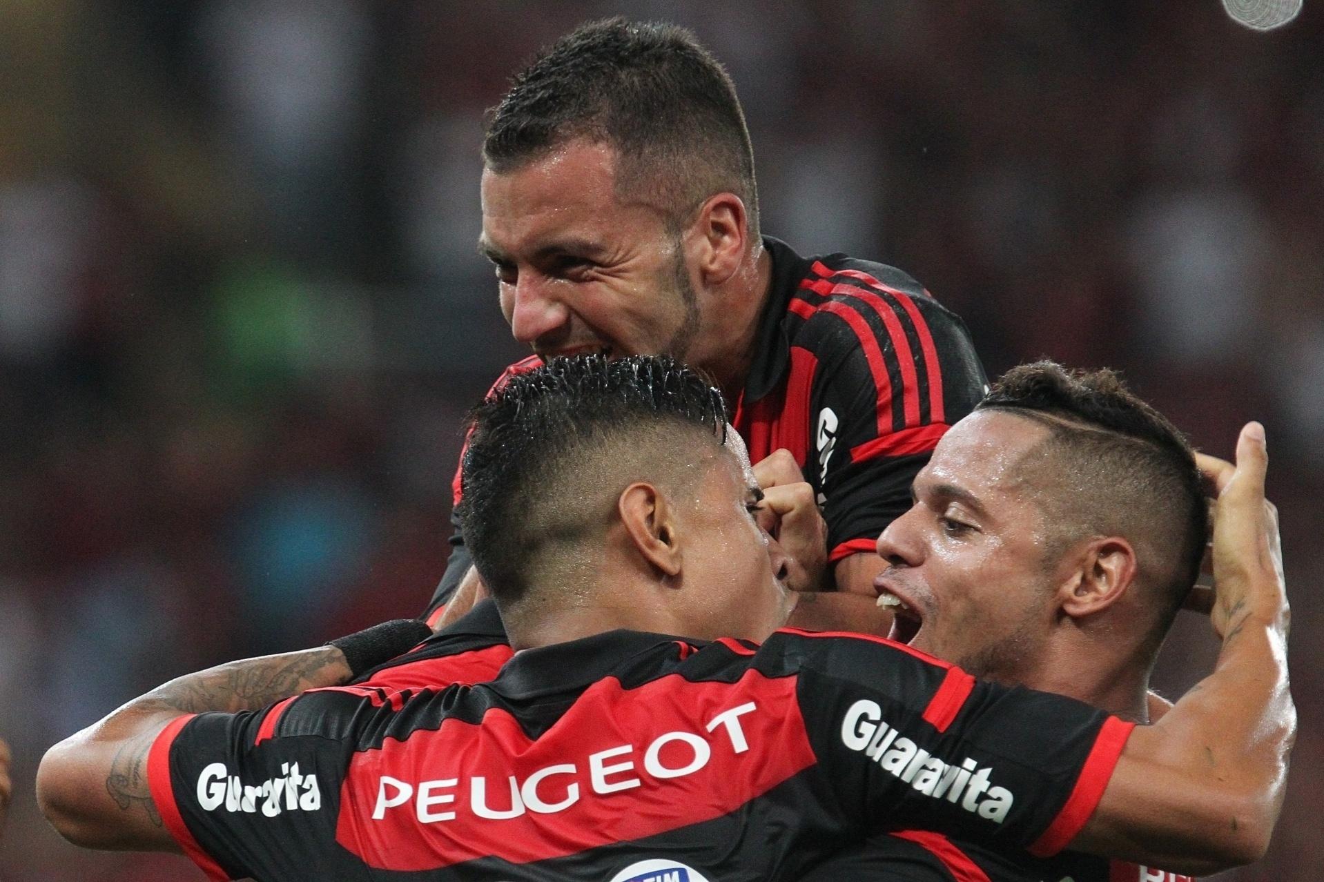 Jogadores do Flamengo comemoram gol de Cáceres contra o Atlético-MG pela Copa do Brasil