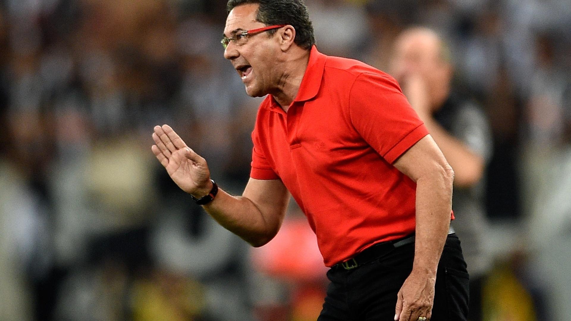Luxemburgo orienta jogadores do Flamengo contra o Atlético-MG pela Copa do Brasil