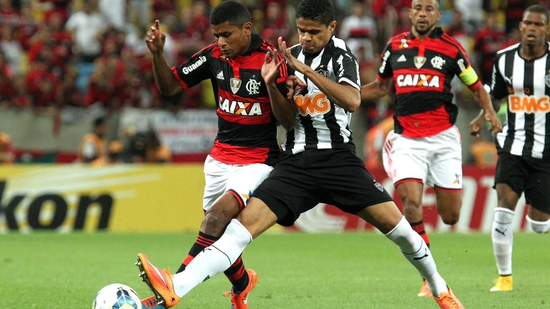 Marcio Araújo divide a bola na partida entre Flamengo e Atlético-MG pela Copa do Brasil