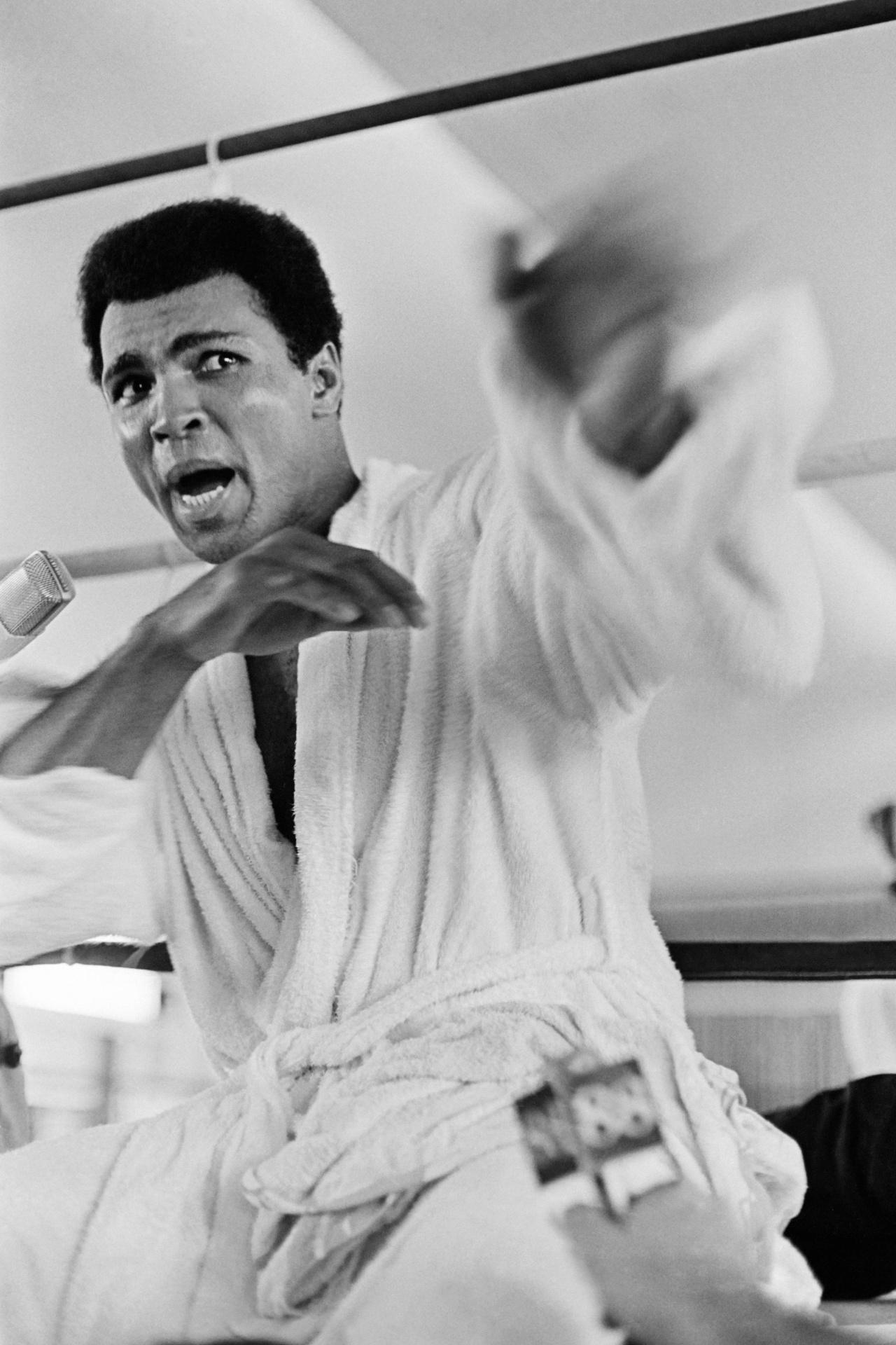 Muhammad Ali faz treino para a imprensa antes de sua luta contra George Foreman, em 1974