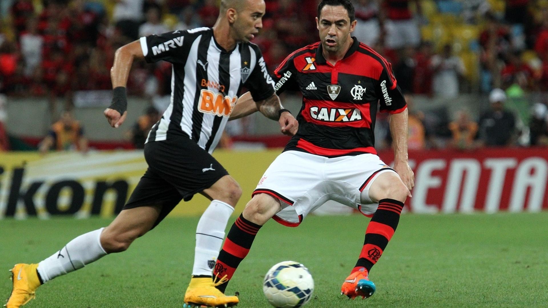 Tardelli tenta driblar Chicão na partida entre Flamengo e Atlético-MG pela Copa do Brasil