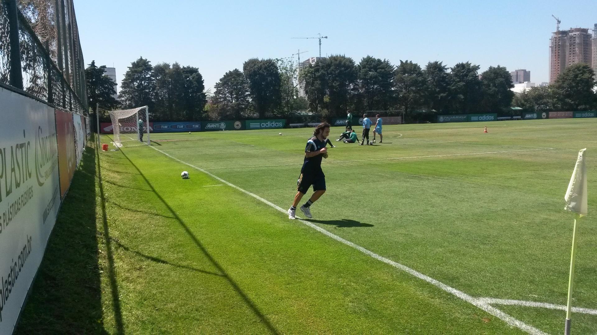 Valdivia corre em volta do gramado na Academia de Futebol do Palmeiras