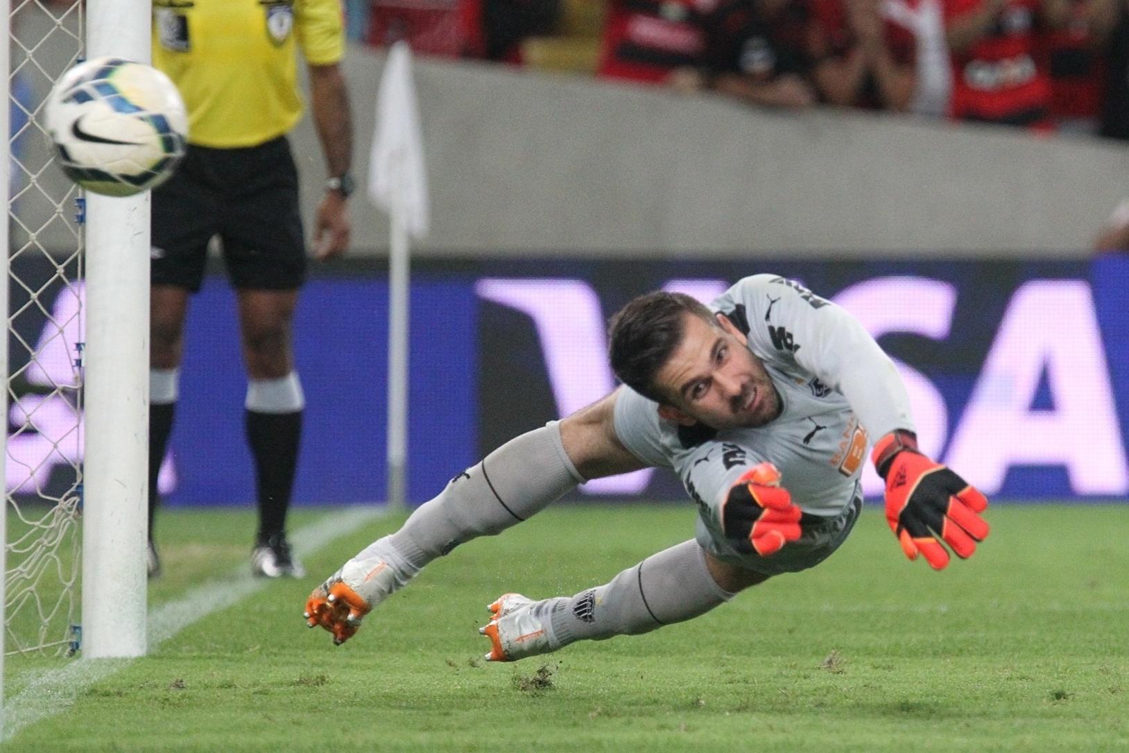 Victor se estica, mas não consegue evitar gol de pênalti do Fla contra o Atlético-MG