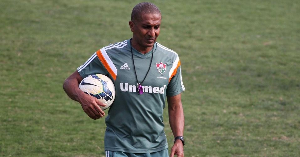 30 out. 2014 - Técnico Cristóvão Borges caminha no gramado das Laranjeiras durante treinamento do Fluminense